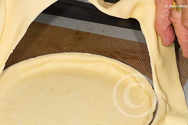 On enlève l'excédant de pâte que l'on utilisera autrement