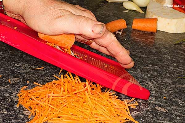 julienne de carottes avec une mandoline