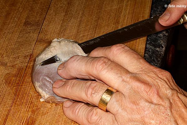On suit la peau le couteau tourné vers l'extérieur
