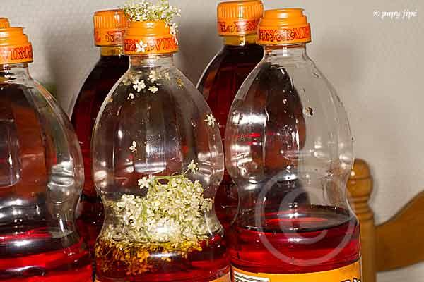 On enlève 1/3 de vinaigre pour faire de la place aux fleurs