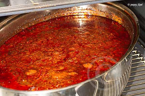 Tomates fraiches ou concentré de tomate, mouillez à hauteur. Cuisson douce mais très longue
