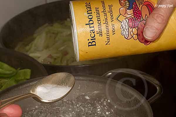 Un peu de bicarbonate dans l'eau de cuisson.
