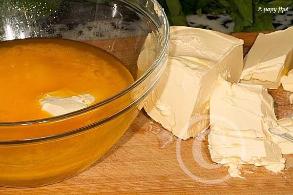 moitié du beurre fondu, l'autre moitié en morceaux