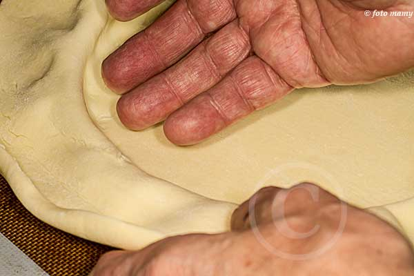Bien enfoncer la pâte jusque dans le creux entre cercle et plaque