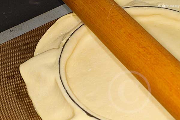 On passe le rouleau pour couper la pâte
