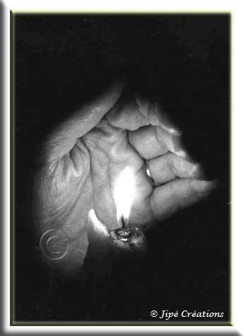 La vie est comme une flamme vacillante et fragile