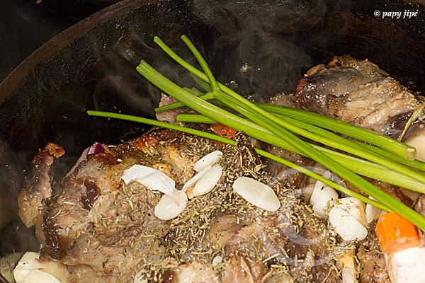 ajouter ail et queueq de persil